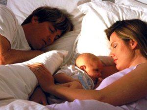 Может ли ребенок спать с мамой